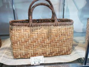 編み組のバッグ